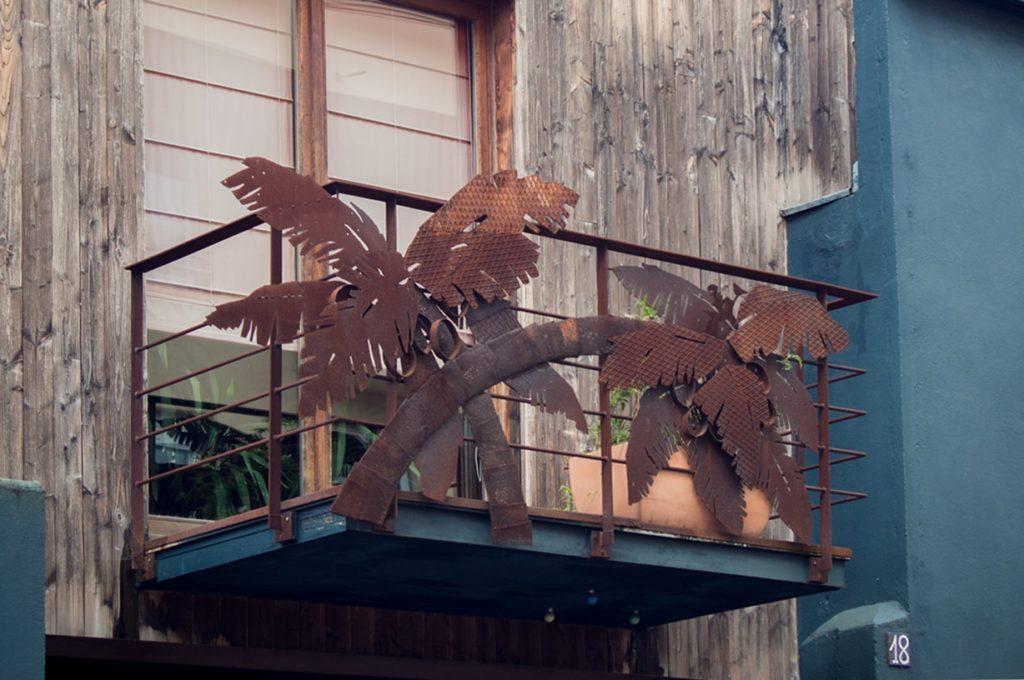 le balcon représente des palmier en fer forge - nantes