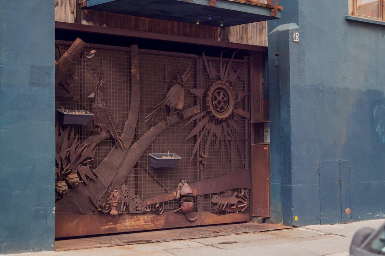 une scene de jungle réalisé en fer forgé pour un portail de garage à nantes