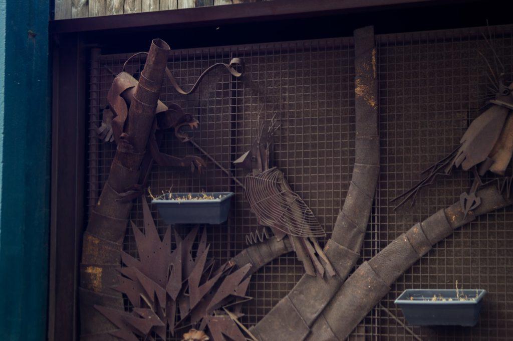 scénique : un félin attaque un oiseaux. portail en fer forge à nantes