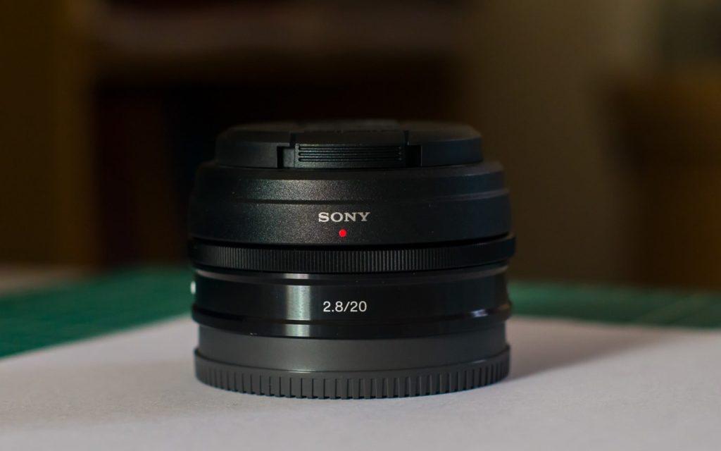 objectif sony SEL 20mm f2.8 avec pare-soleil et cache arrière