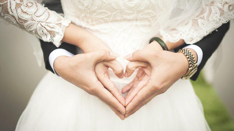 les mariées forment un coeur avec leurs mains